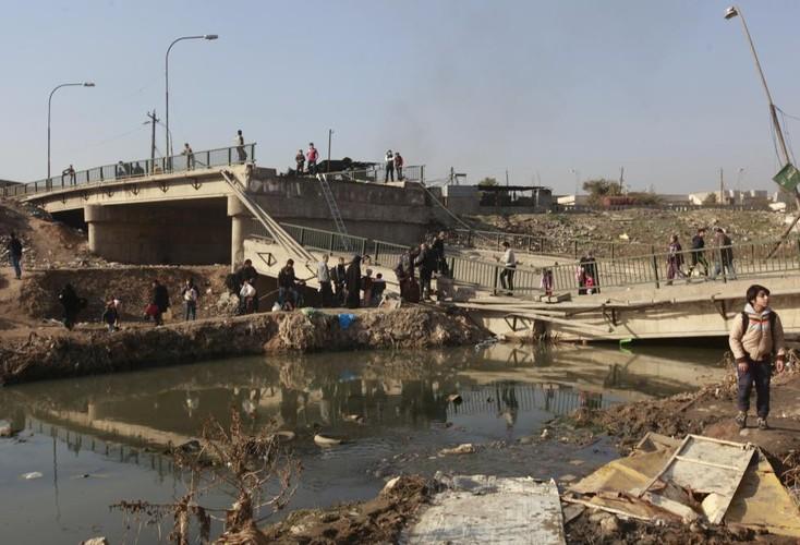 Canh thuong dan Iraq chay khoi chien truong Mosul