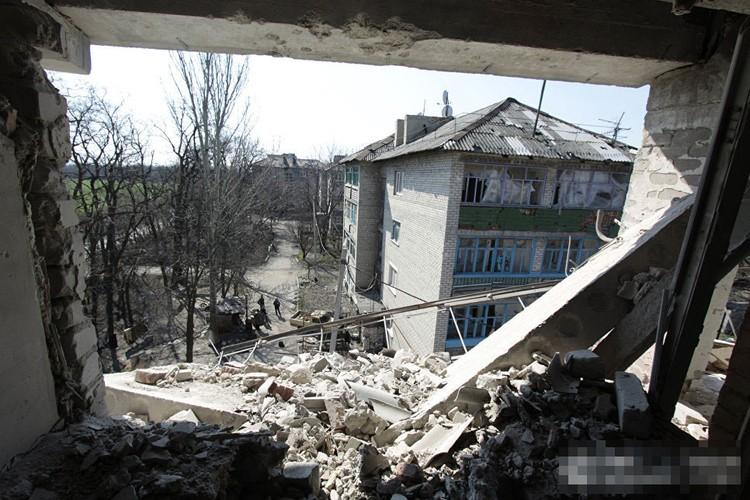 Anh ngoi lang o mien dong Ukraine tan hoang do trung bom dan-Hinh-10