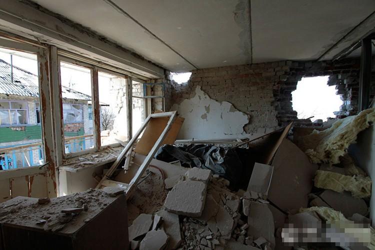 Anh ngoi lang o mien dong Ukraine tan hoang do trung bom dan-Hinh-14