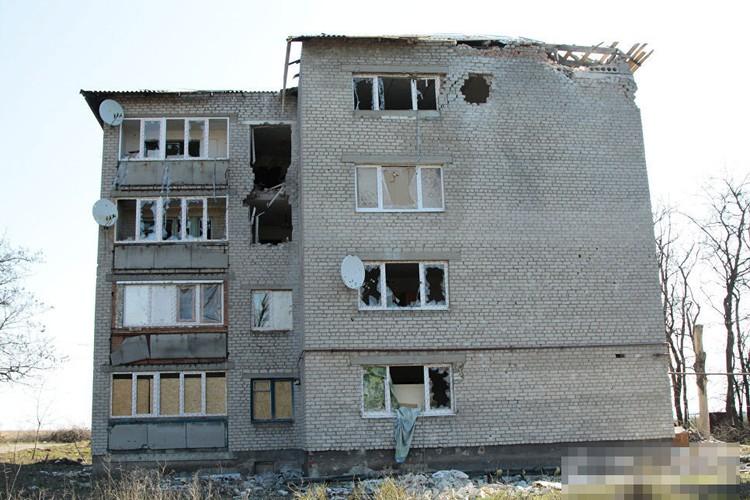 Anh ngoi lang o mien dong Ukraine tan hoang do trung bom dan-Hinh-6