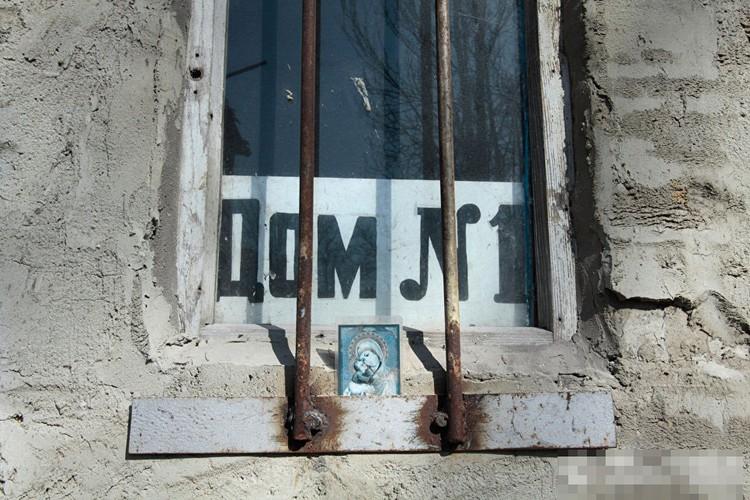 Anh ngoi lang o mien dong Ukraine tan hoang do trung bom dan-Hinh-7