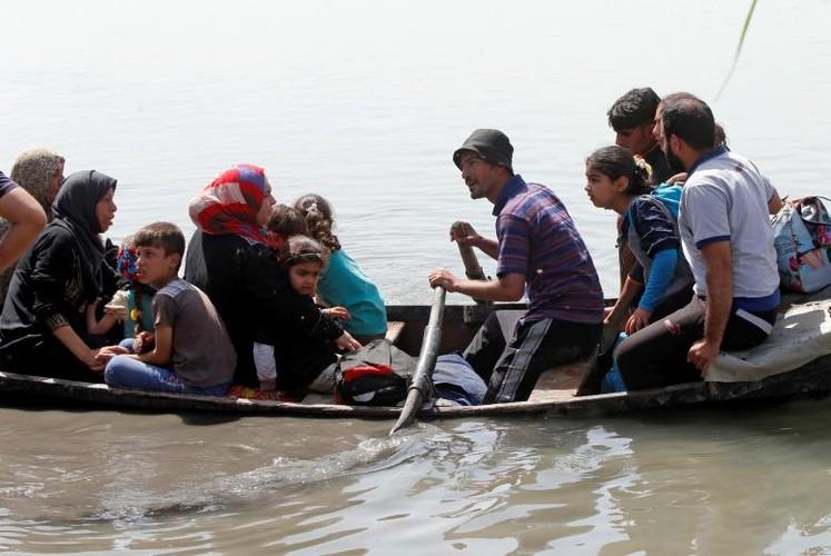Anh: Dan Iraq chay IS o at vuot song Tigris o Mosul-Hinh-10