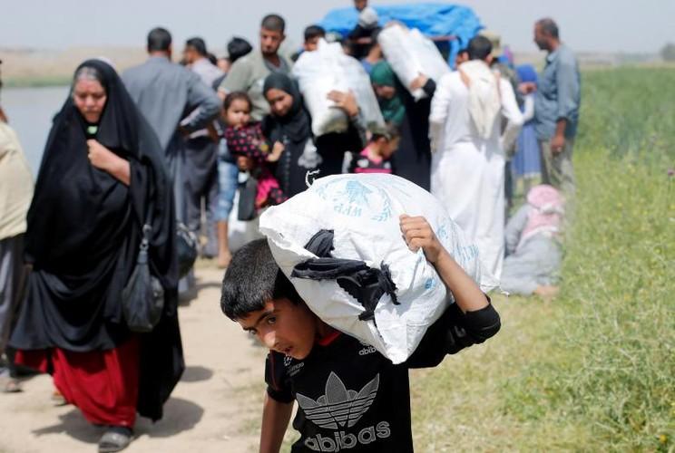 Anh: Dan Iraq chay IS o at vuot song Tigris o Mosul-Hinh-12