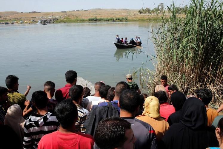 Anh: Dan Iraq chay IS o at vuot song Tigris o Mosul-Hinh-13