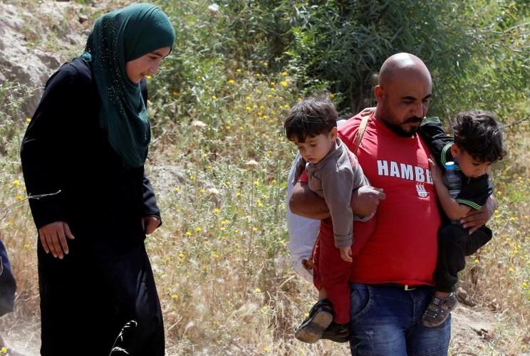 Anh: Dan Iraq chay IS o at vuot song Tigris o Mosul-Hinh-15
