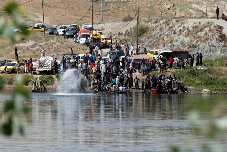 Anh: Dan Iraq chay IS o at vuot song Tigris o Mosul-Hinh-2