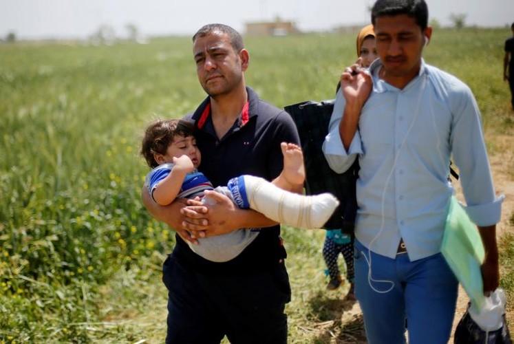 Anh: Dan Iraq chay IS o at vuot song Tigris o Mosul-Hinh-3