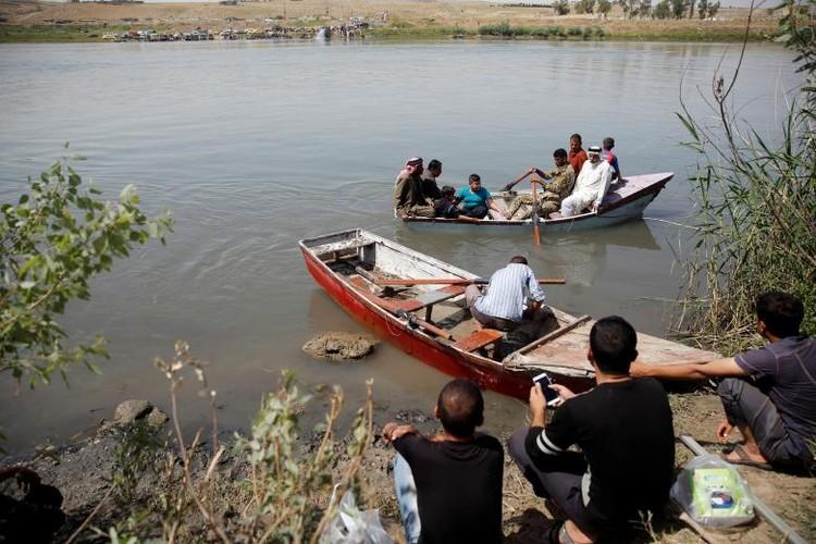 Anh: Dan Iraq chay IS o at vuot song Tigris o Mosul-Hinh-4