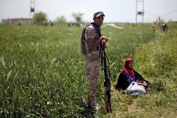 Anh: Dan Iraq chay IS o at vuot song Tigris o Mosul-Hinh-5