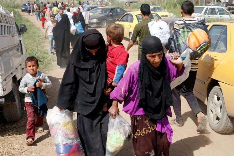 Anh: Dan Iraq chay IS o at vuot song Tigris o Mosul-Hinh-6