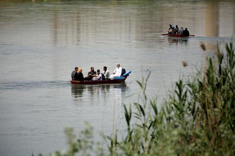 Anh: Dan Iraq chay IS o at vuot song Tigris o Mosul-Hinh-7