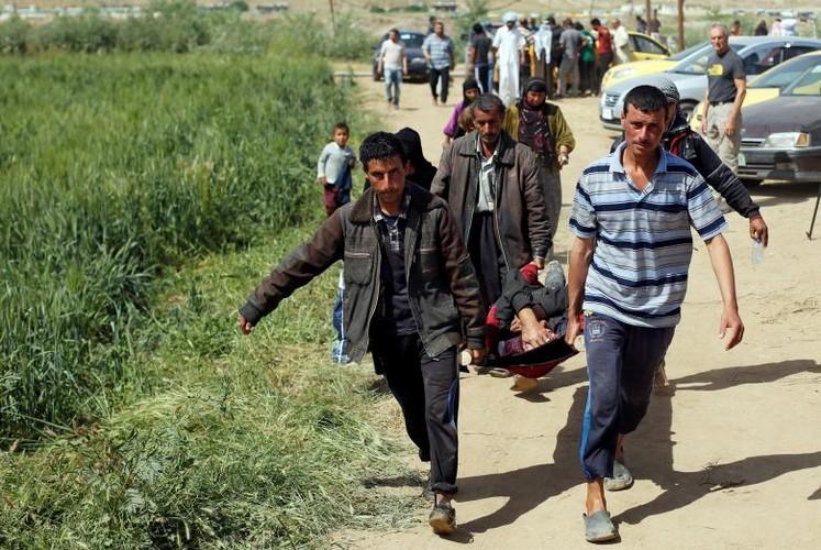 Anh: Dan Iraq chay IS o at vuot song Tigris o Mosul-Hinh-8