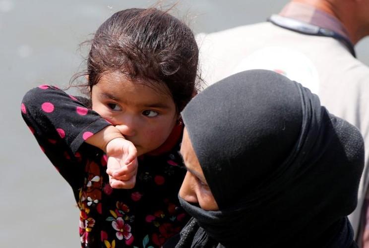 Anh: Dan Iraq chay IS o at vuot song Tigris o Mosul-Hinh-9