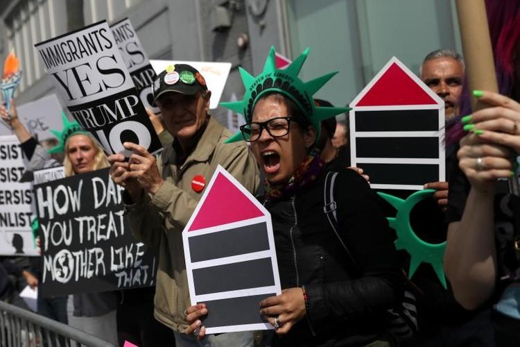 Anh: Dan chung phan doi ong Trump tro ve New York-Hinh-3