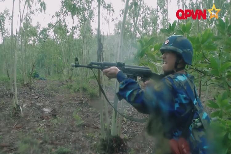 Bat ngo khau AK phong luu cua Hai quan danh bo VN-Hinh-2
