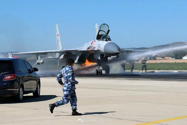 Anh QS cuoi tuan: J-15 Trung Quoc bi ha guc boi chim-Hinh-8