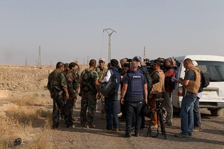 Nong: Hinh anh dau tien ben trong Deir Ezzor sau ngay giai vay-Hinh-17