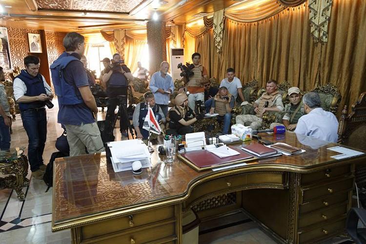 Nong: Hinh anh dau tien ben trong Deir Ezzor sau ngay giai vay-Hinh-7