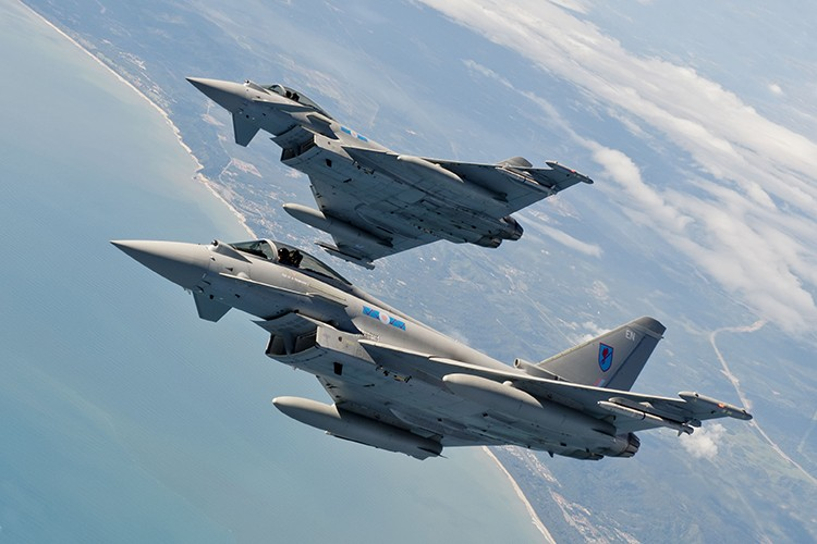 Eurofighter Typhoon: Cuong phong chau Au danh cho Su-35 cua Nga