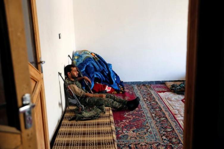 Khoc liet cuoc chien giua duong pho Raqqa, Syria-Hinh-14