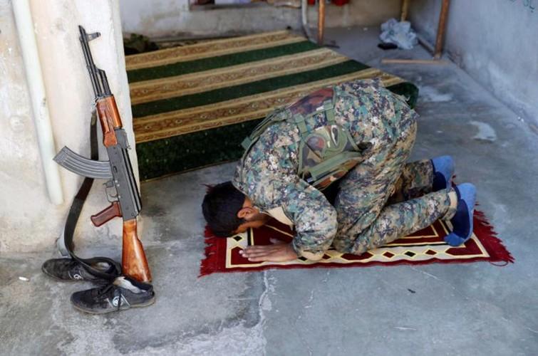 Khoc liet cuoc chien giua duong pho Raqqa, Syria-Hinh-17
