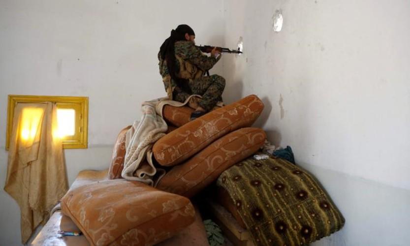 Khoc liet cuoc chien giua duong pho Raqqa, Syria-Hinh-6