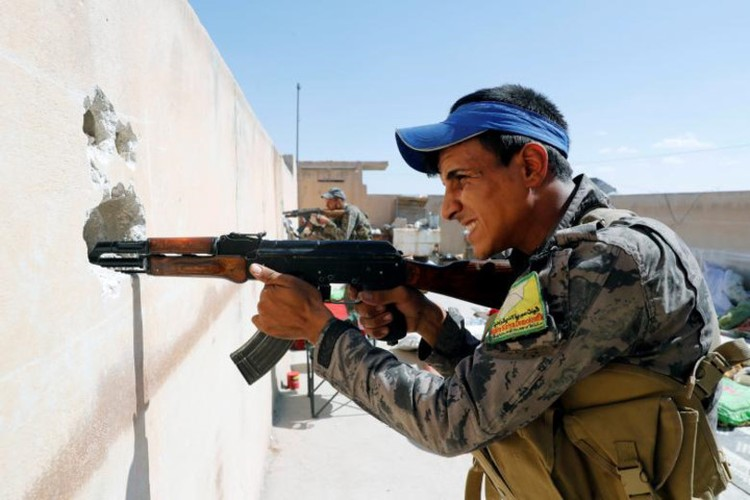 Khoc liet cuoc chien giua duong pho Raqqa, Syria