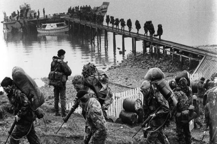 Ve tinh Lien Xo danh chim tau chien Anh trong Chien tranh Falkland-Hinh-13