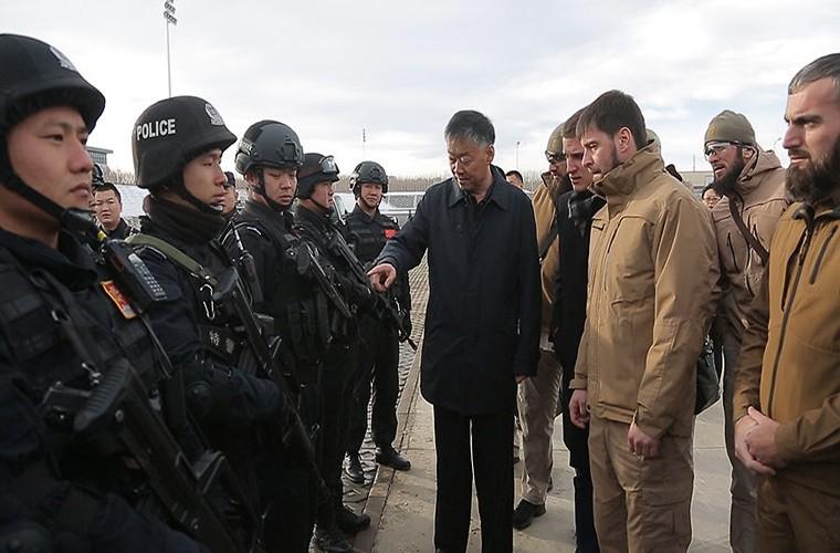 Ai giup Trung Quoc dao tao luc luong chong khung bo o Tan Cuong?-Hinh-2