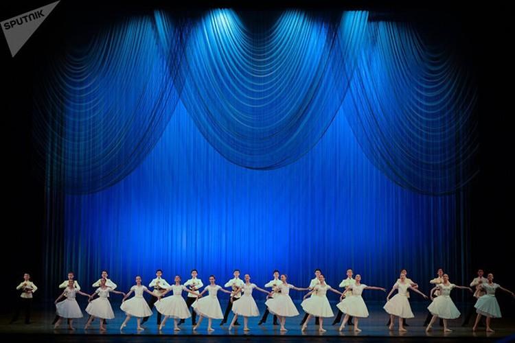 Kham pha cuoc song kho luyen cua cac vu cong Ballet tre-Hinh-2