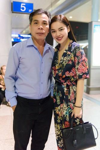 Con gai noi tieng, cha Giang Hong Ngoc van lam tai xe taxi