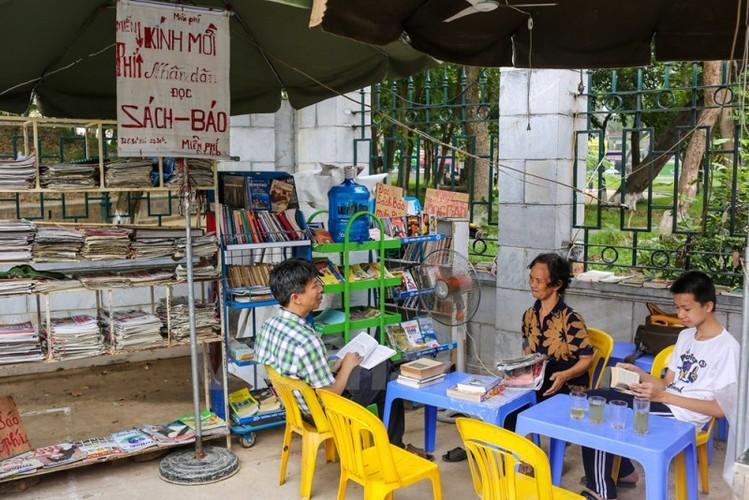 Quay sach bao mien phi cua cu ba Ha Noi-Hinh-2