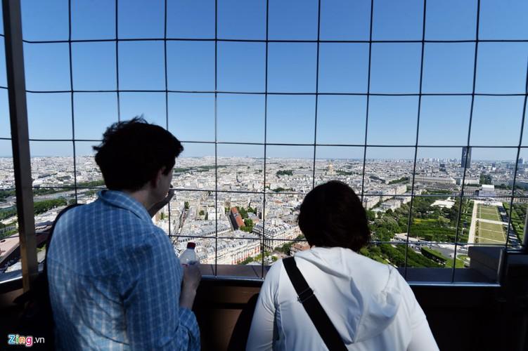 Nam lan duoi thap Eiffel, dua voi chim o nha tho Duc Ba Paris-Hinh-7