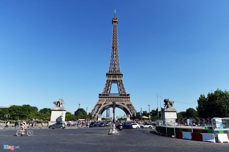Nam lan duoi thap Eiffel, dua voi chim o nha tho Duc Ba Paris