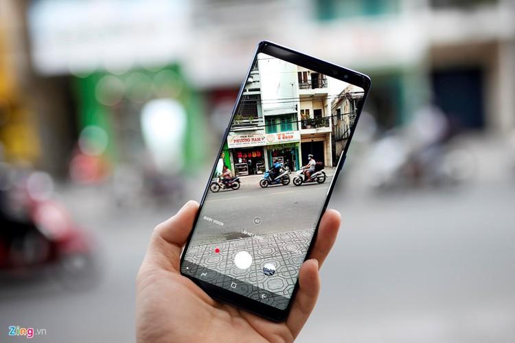 5 smartphone khong vien man hinh dep nhat hien nay-Hinh-3