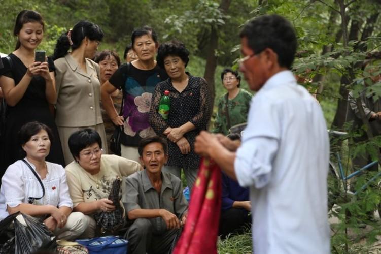 Nguoi Trieu Tien dung smartphone, xe dap dien nhap khau-Hinh-12