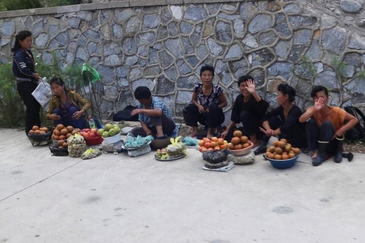 Nguoi Trieu Tien dung smartphone, xe dap dien nhap khau-Hinh-3