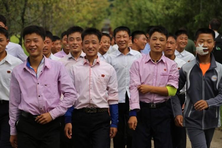 Nguoi Trieu Tien dung smartphone, xe dap dien nhap khau-Hinh-4