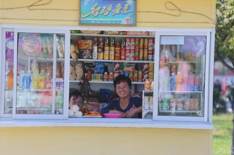 Nguoi Trieu Tien dung smartphone, xe dap dien nhap khau-Hinh-8