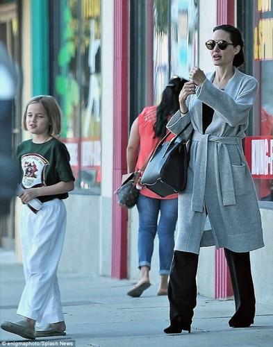 "Dut khoat voi Brad Pitt, Angelina Jolie ""hen ho"" dan ong lon tuoi?-Hinh-5"