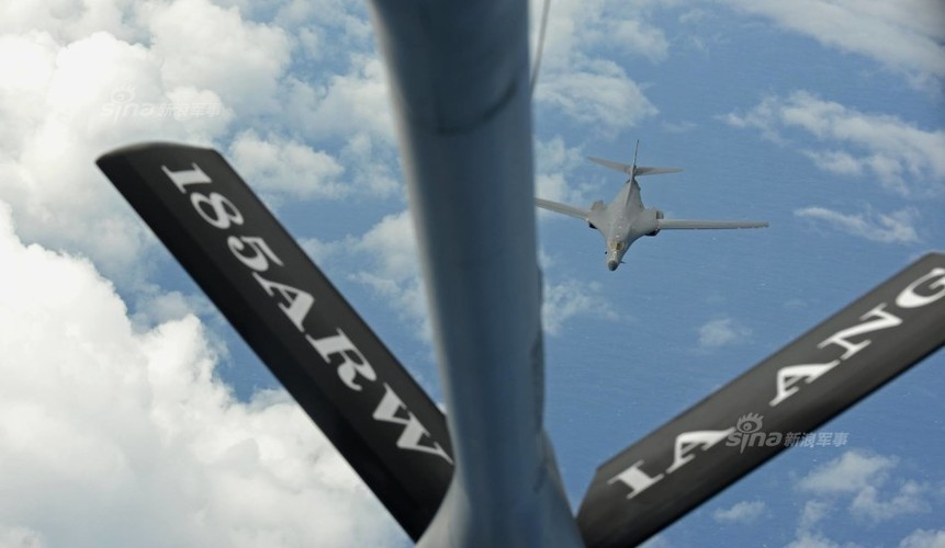 "May bay nem bom  B-1B Lancer ""dap dom"" o Bien Dong"