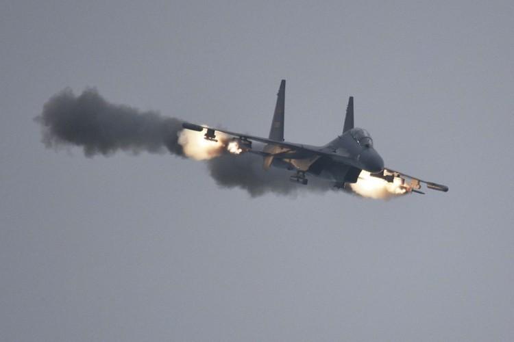 Anh: Trung Quoc trien khai tiem kich Su-30MKK phong rocket tan cong-Hinh-2
