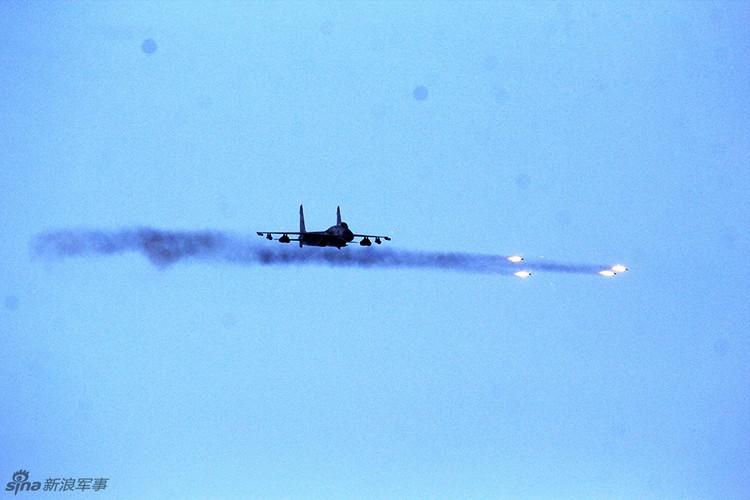 Anh: Trung Quoc trien khai tiem kich Su-30MKK phong rocket tan cong-Hinh-4