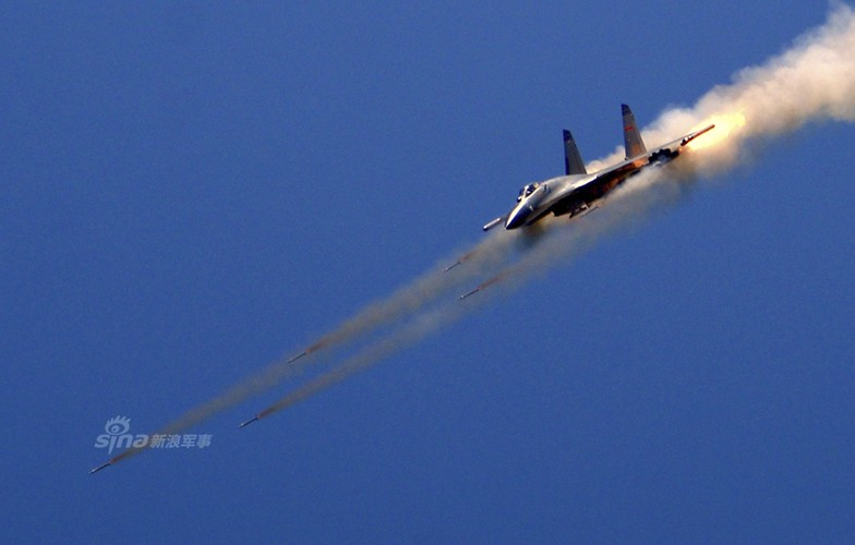 Anh: Trung Quoc trien khai tiem kich Su-30MKK phong rocket tan cong-Hinh-6