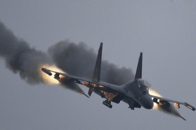 Anh: Trung Quoc trien khai tiem kich Su-30MKK phong rocket tan cong