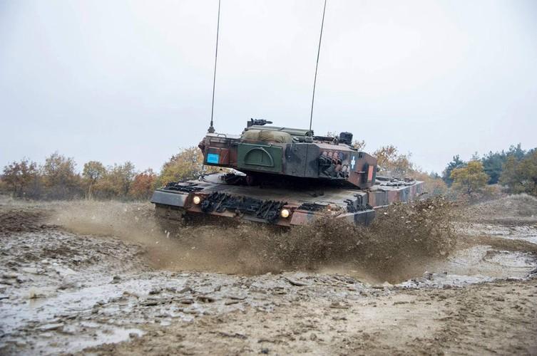 Man nhan xe tang Leopard 2A4 phi nuoc dai tren duong lay-Hinh-6