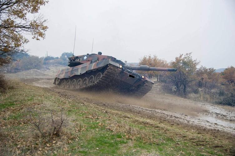 Man nhan xe tang Leopard 2A4 phi nuoc dai tren duong lay-Hinh-7
