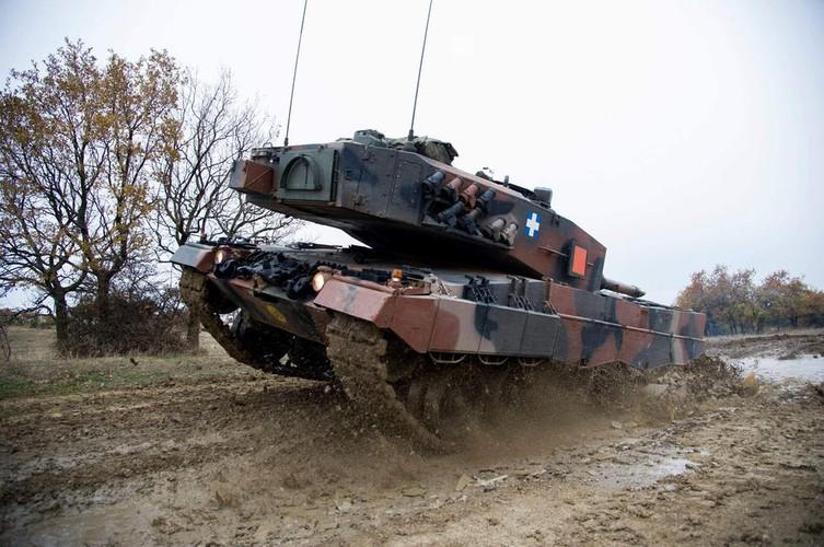 Man nhan xe tang Leopard 2A4 phi nuoc dai tren duong lay