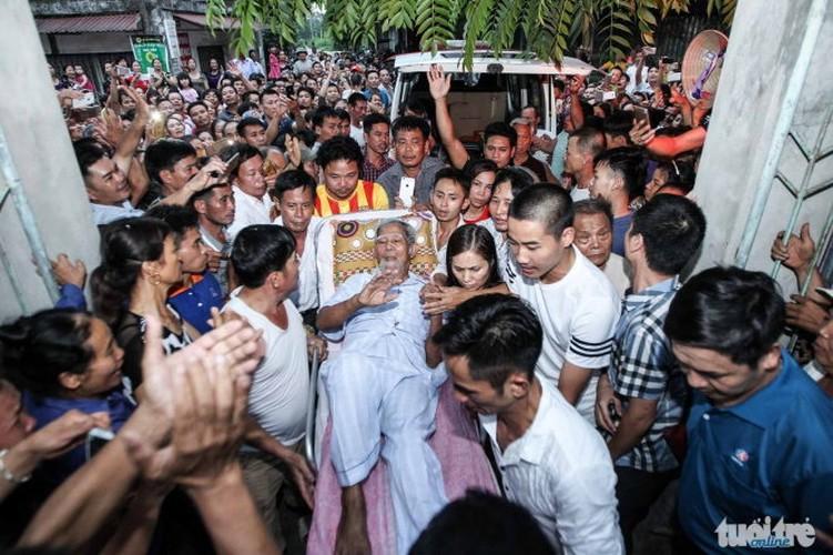 Anh: Dan Dong Tam vui mung don cu Le Dinh Kinh ve lang-Hinh-4