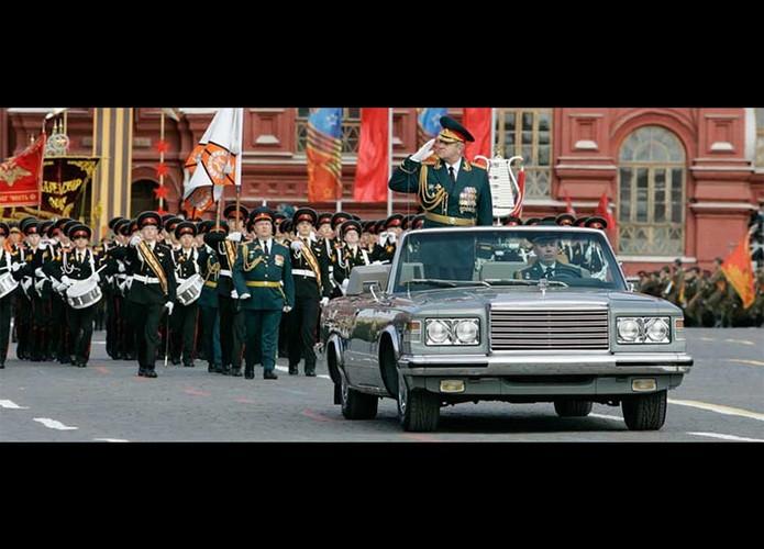 """Dang cap """"khung"""" sieu xe mui tran trong duyet binh Nga-Hinh-3"""